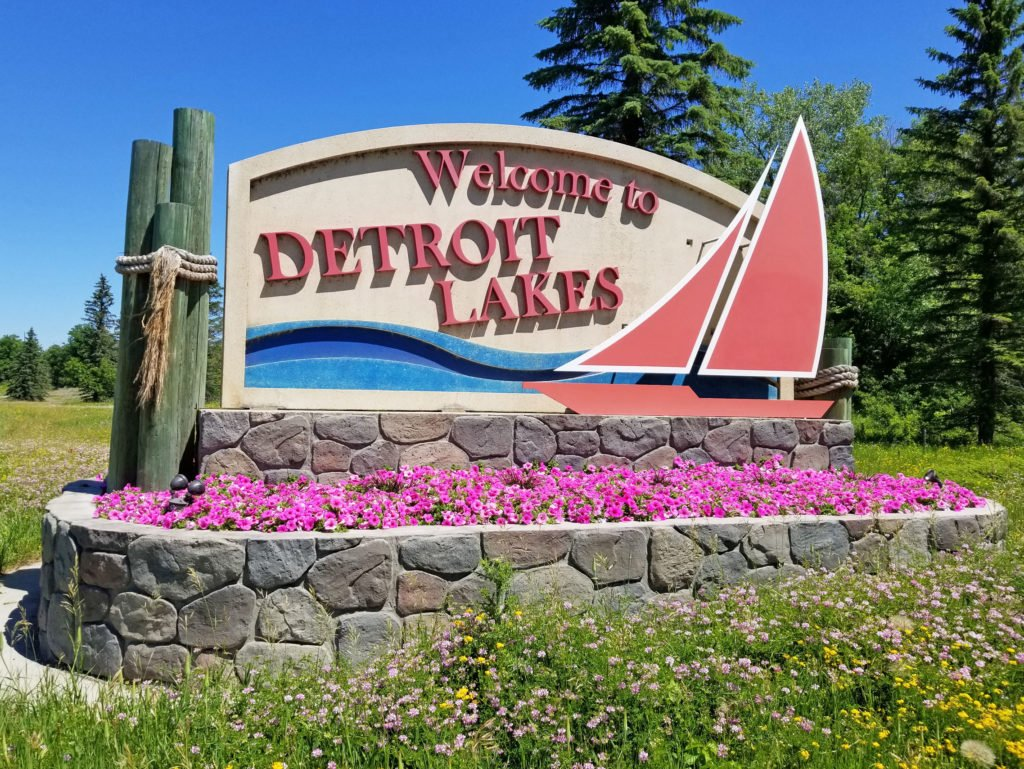 Detroit lakes welcome sign